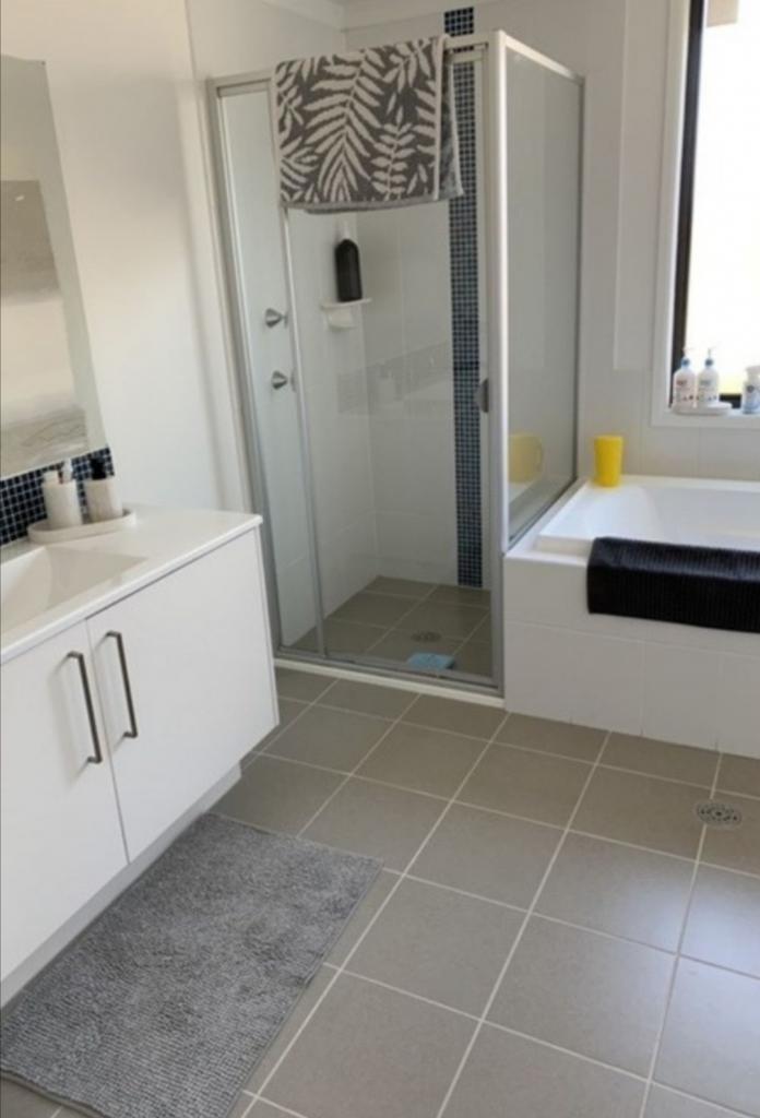 Стандартная ванная комната приобрела дизайнерский вид: помогли стильные коврики и акценты из дерева