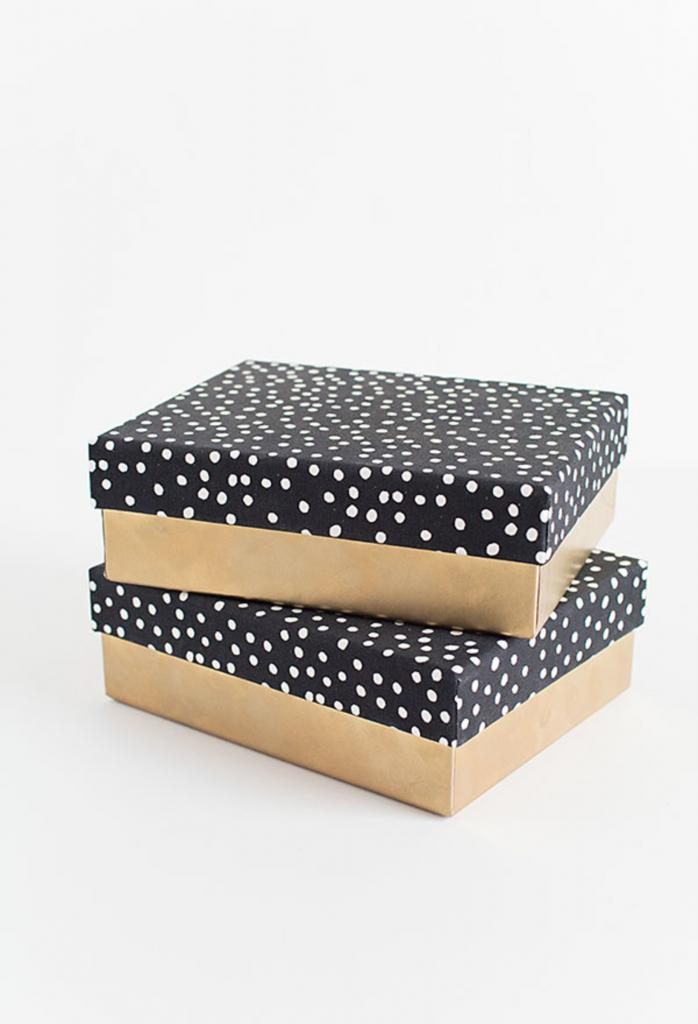 Научилась аккуратно оборачивать коробки красивой тканью или бумагой. Этим способом легко сделать подарочную упаковку или органайзер для дома