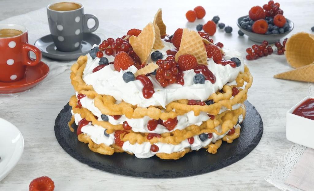 Испекла жареный торт с кокосовым кремом и ягодами. Потрясающе вкусно