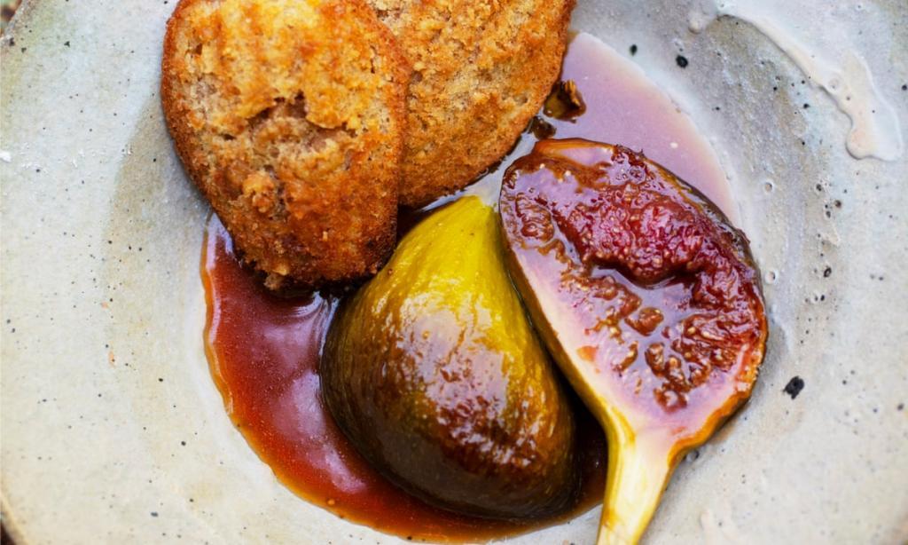 В центре внимания инжир: медовый мадлен с грецким орехом и панна-котта с корицей
