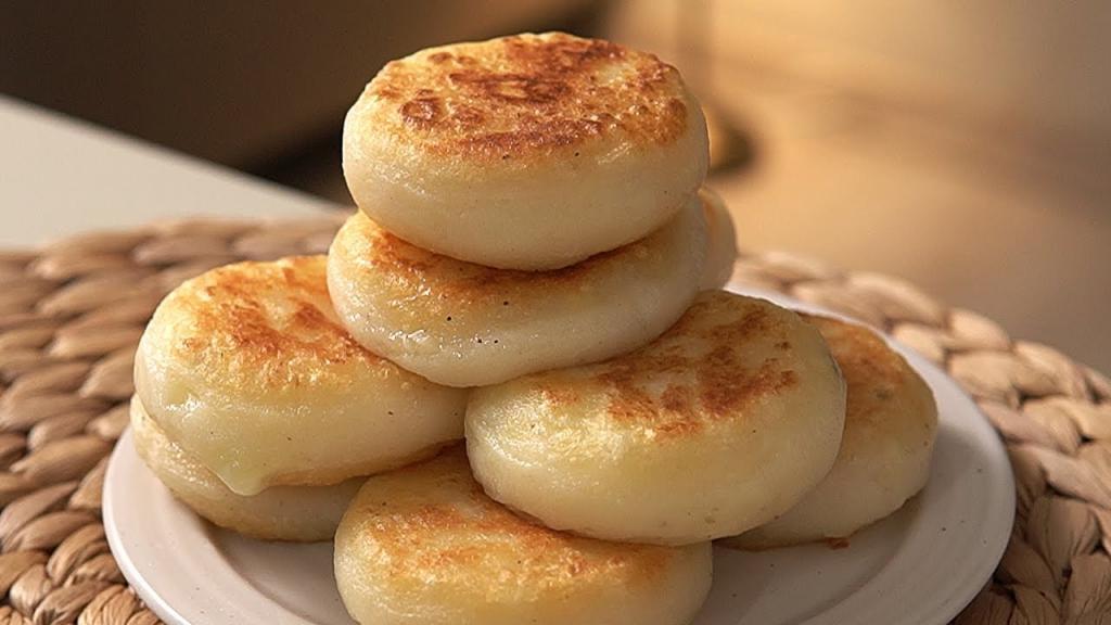 Подсмотрела у кулинара из Кореи простой, но интересный рецепт лепешек с начинкой: нужны лишь картофель, сыр и крахмал
