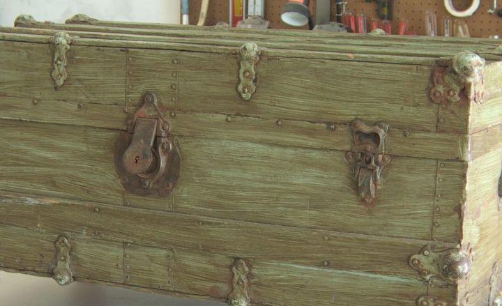 Журнальный столик женщина покупать не стала, а сделала его из старого сундука
