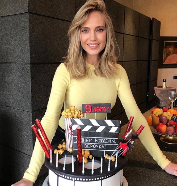 Сладкий праздник: Глюкоза показала шикарный торт, который заказала у кондитеров в честь 9-летия своей младшей дочери