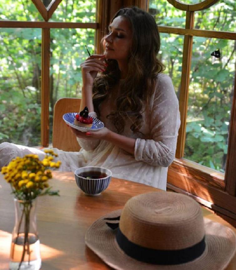 Мечтая о доме с верандой, Глафира Тарханова устроила летнюю фотосессию: обязательный атрибут – бабочки
