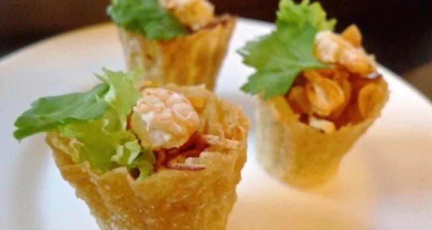 В качестве закуски приготовила хрустящие тарталетки с начинкой из тертого батата: получилось очень вкусно