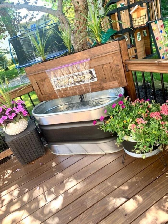 Пока еще тепло, решили сделать искусственный водопад во дворе из алюминиевой ванны: смотрится шикарно