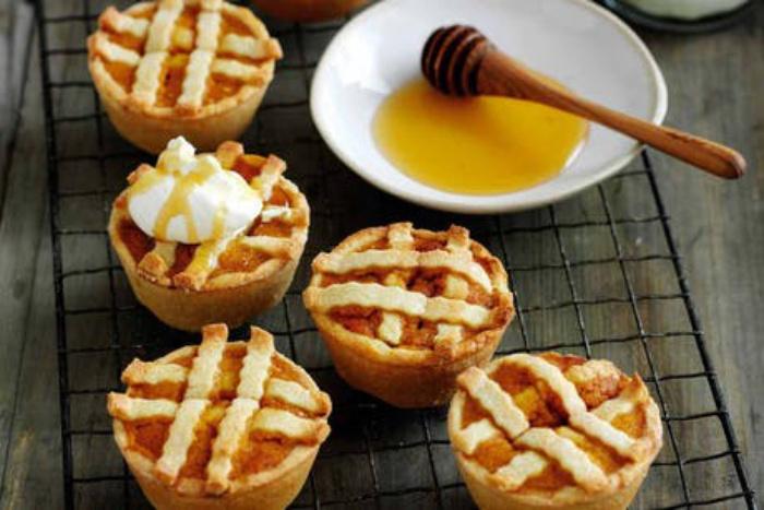Осенняя идея для сладкоежек: тыквенный пирог в медовой глазури