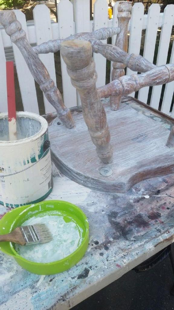 Делюсь идеей: как сделать оригинальный столик из старого деревянного стула