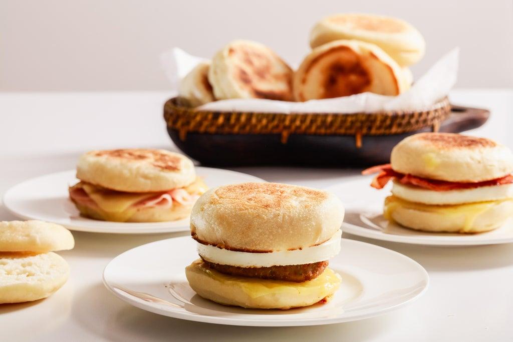 Рецепт для поклонников фастфуда: готовим на завтрак сытный гамбургер с беконом и яйцом