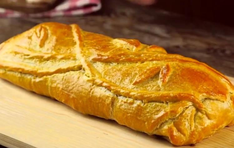 Горячий обед или просто перекус для всей семьи: мясной рулет из слоеного теста, который хочется побыстрей разрезать