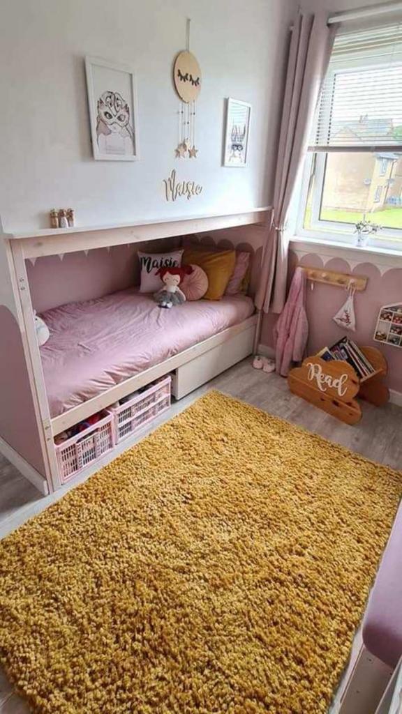 Смекалистая мама разделила детскую на 2 части с помощью двухъярусной кровати. Теперь у каждого ребенка своя комната