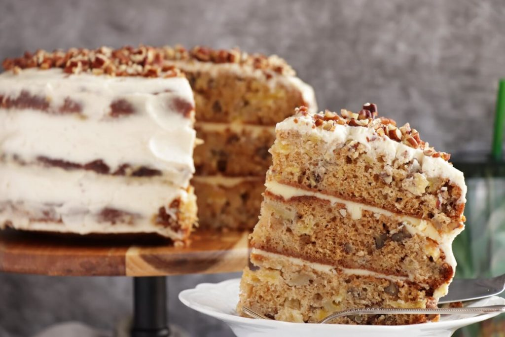 Вот уже не первый год готовлю на праздники торт с тропической изюминкой из трех коржей: пропитывается за полчаса