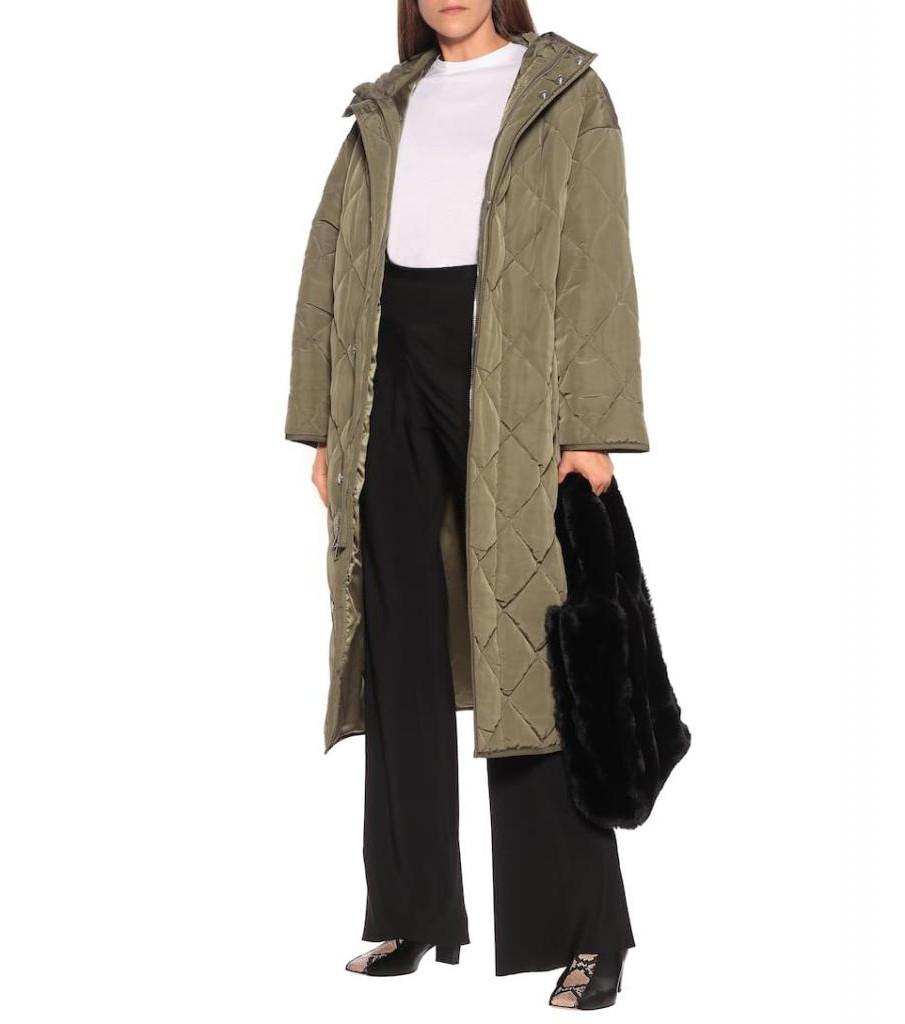 Стеганое пальто свободного кроя: уютный и модный тренд этой осени