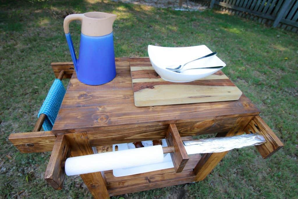 Часто готовим ужин на гриле. Чтобы все было под рукой, муж сделал многофункциональную тележку-стол