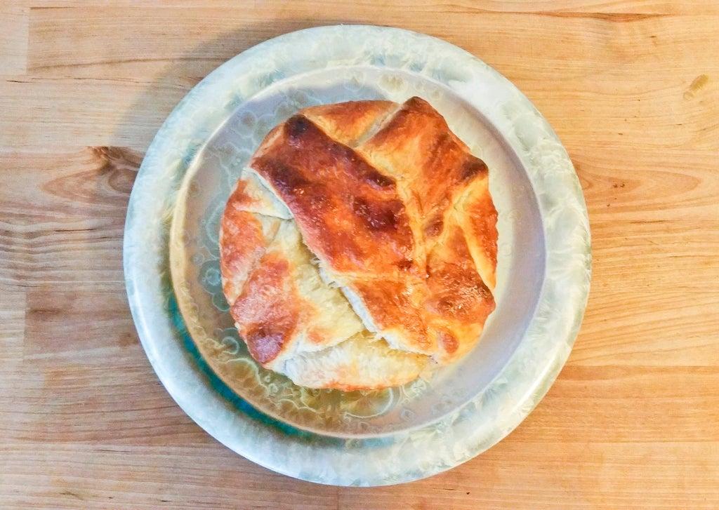 Себя любимую решила порадовать вкусной выпечкой: приготовила пирог с сыром бри и жареным беконом