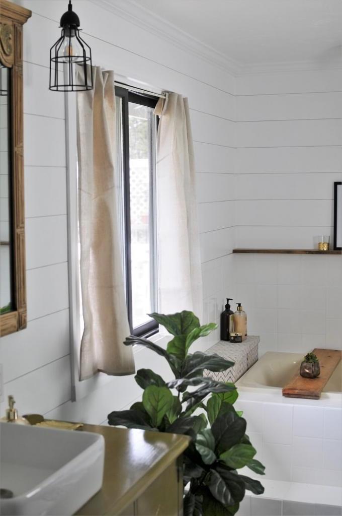 Всего за 30 минут сделала милые шторы для окна в ванной. Знаю способ, как обойтись без шитья