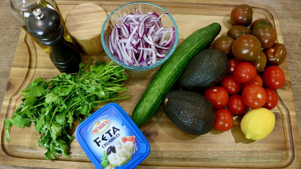 Салат из авокадо, огурцов, помидор и сыра: отличный вариант здорового завтрака