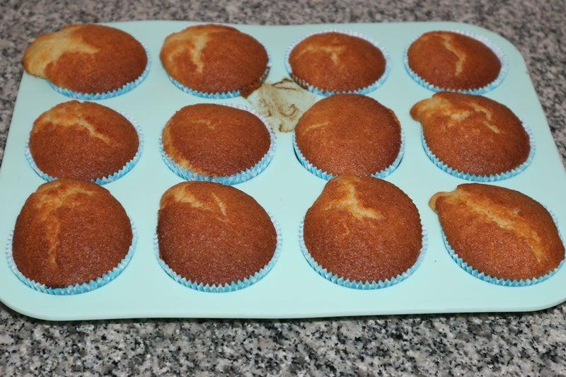 К чаю готовлю лимонно-ванильные кексы: посыпаю их конфетками M&M's, чтобы было вкуснее и красочнее
