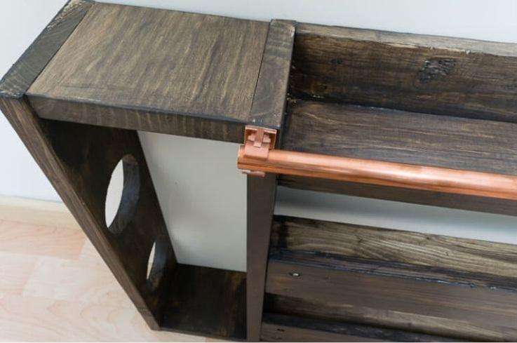 Сделали дома очень удобный стеллаж для бутылок. Способ простой и экономный, из деревянного поддона