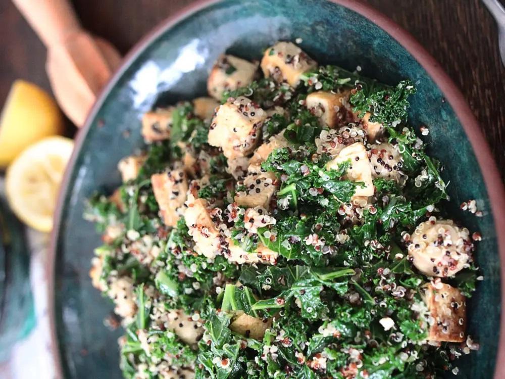 Киноа, капуста, тофу и грибы. Легкое, но сытное блюдо на ужин (рецепт)