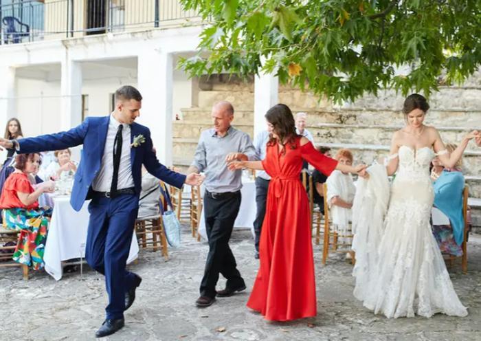 Свидетельство о браке унесло ветром: что пошло не так на свадьбе в Греции