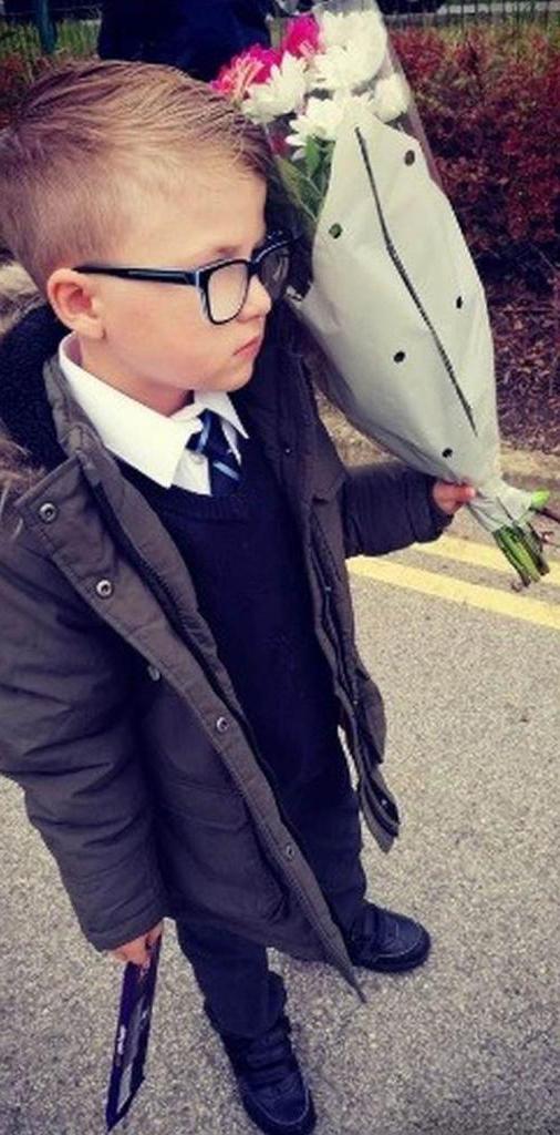 7-летнего мальчика бросила подружка за грубость учителю, но он подарил ей цветы и сумел завоевать ее сердце