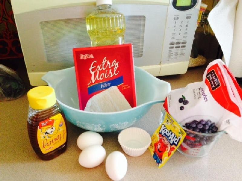 Воздушные кексики с черникой и лимоном: тесто смешиваю с ягодами, а сверху украшаю их сливочным кремом
