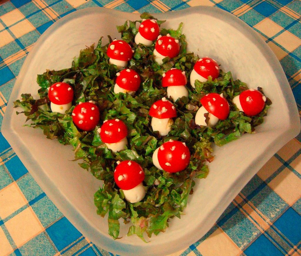 Яркий салатик Грибная опушка: готовлю лакомство из перепелиных яиц, помидоров и зелени
