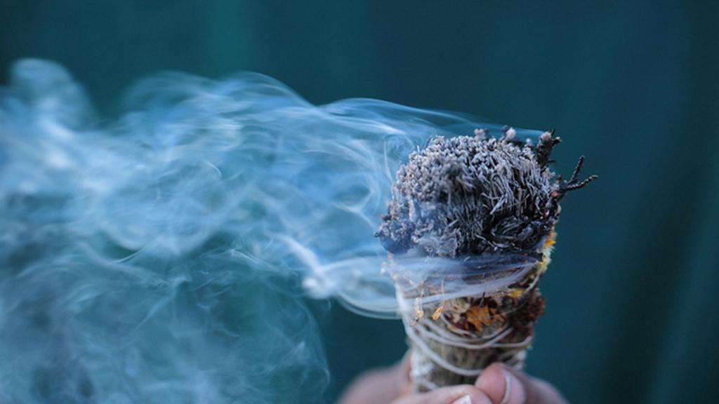 Дым поднимается вверх, соединяя небо, землю и человечество: практика фэншуй, чтобы привлечь положительную энергию в дом