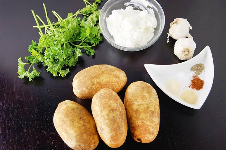 Семья часто просит меня приготовить «фирменную» хрустящую картошку с нежным чесночным соусом. Блюдо простое, а стало любимым