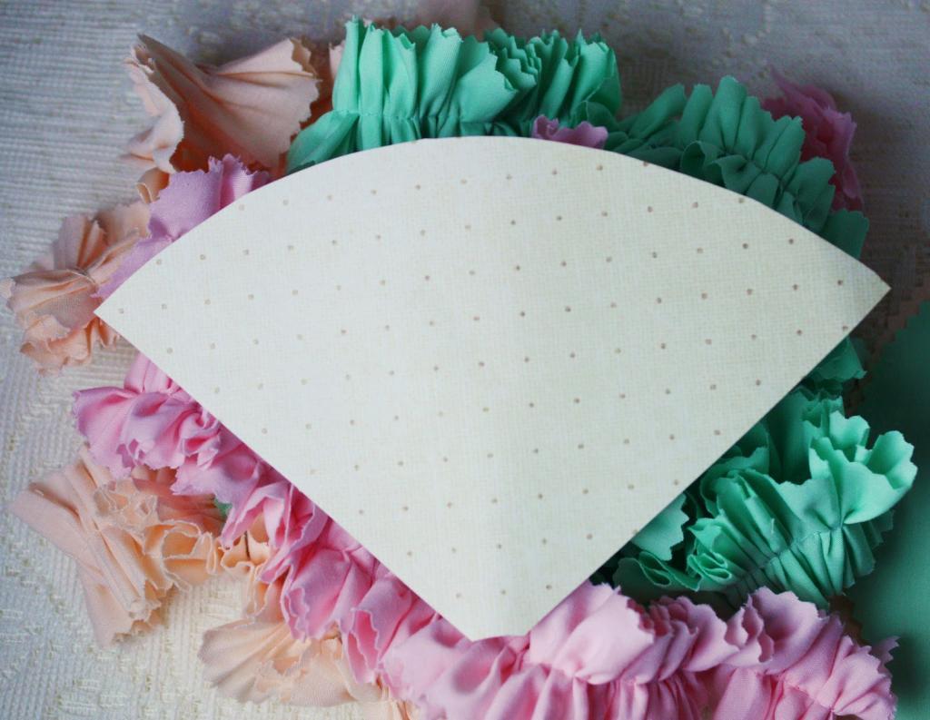 Сшила из ткани очаровательные рожки мороженого с рюшами. Из них можно сделать милый детский мобиль или использовать для декорации на празднике