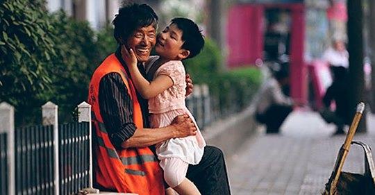 Китайский дворник спас более трех десятков детских жизней: душещипательные истории
