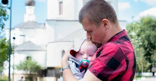 Отец-одиночка самостоятельно воспитывает ребенка с синдромом Дауна