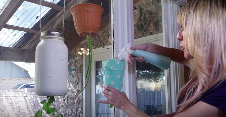 Взяла банки, губки и сделала перевернутое кашпо для выращивания зелени на кухне: удобно и красиво
