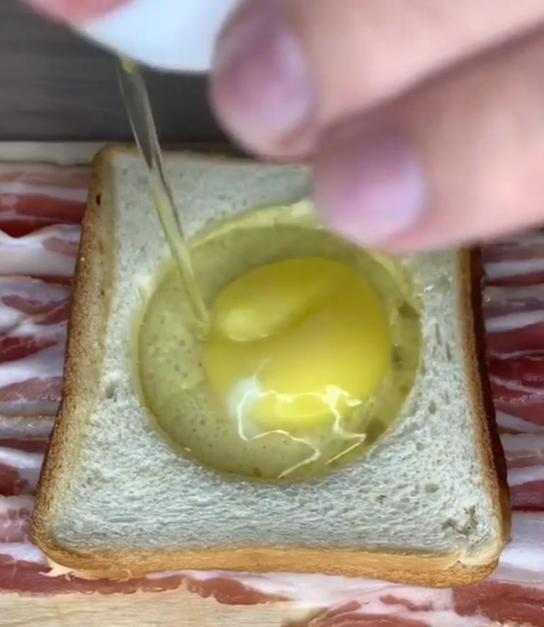 Оплетаю хлеб беконом, а внутрь вбиваю яйцо: таким завтраком наедаюсь на день вперед