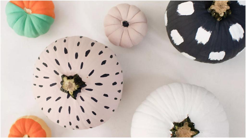 Новый тренд осеннего декора с тыквами: вырезать уже не надо. Надо тыквы красить!