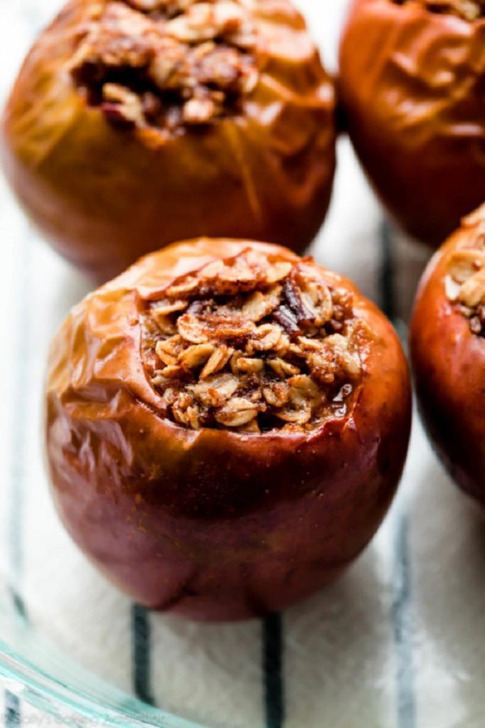 Кладу овсянку в яблоки и ставлю в духовку: даже дети полюбили этот десерт