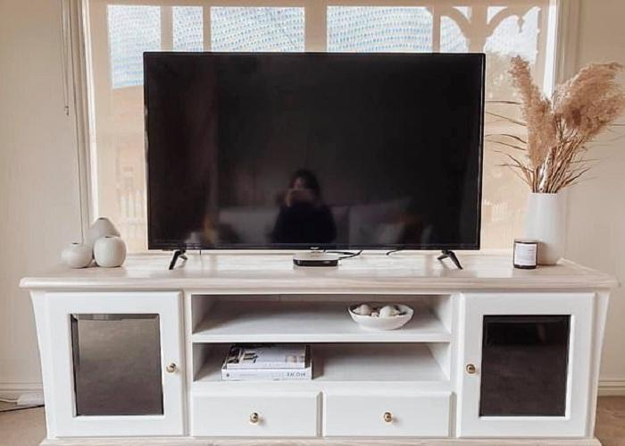Не покупала новую тумбочку под телевизор, а преобразила старую: вышло по-современному стильно