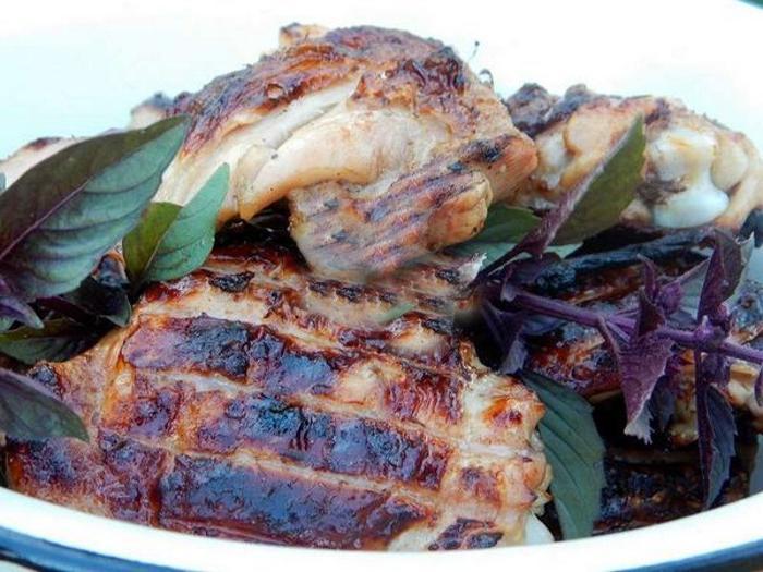 Перед жаркой на гриле мариную куриные бедрышки в полусладком вине. Получаются сочными и вкусными