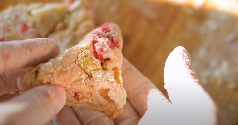 Сладость – от грушки, а кислинка – от малинки: на завтрак приготовила быстрые сконы (хрустящие снаружи и нежные внутри)