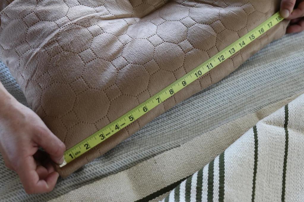 Любимая кровать собаки совсем потеряла вид, и я решила обновить ее самостоятельно. Сделала удобный чехол из красивого плотного коврика