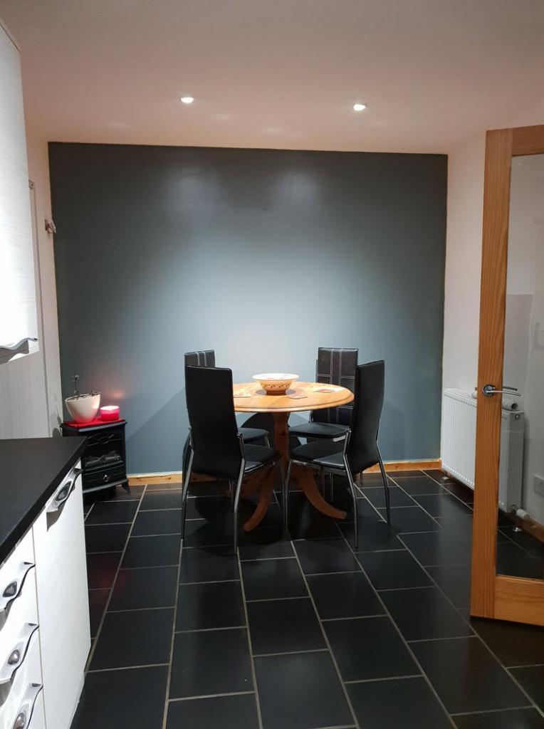 Девушка взяла скотч, валик и украсила стену на кухне. Получилось стильно (фото)