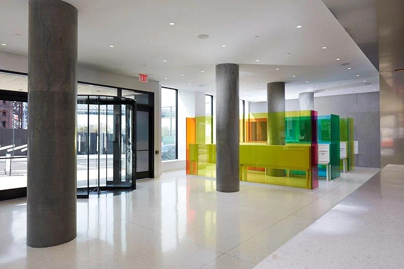Дизайнер установил в вестибюле жилого здания красочную стеклянную инсталляцию с почтовыми ящиками. Теперь забирать газеты и квитанции стало гораздо веселее