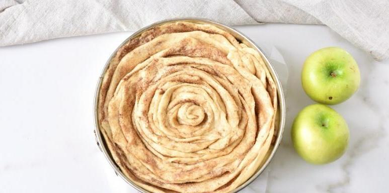 Влюбилась в рецепт яблочного пирога с корицей и завитушками из теста сверху. Фруктов никогда не жалею - оттого и тает во рту