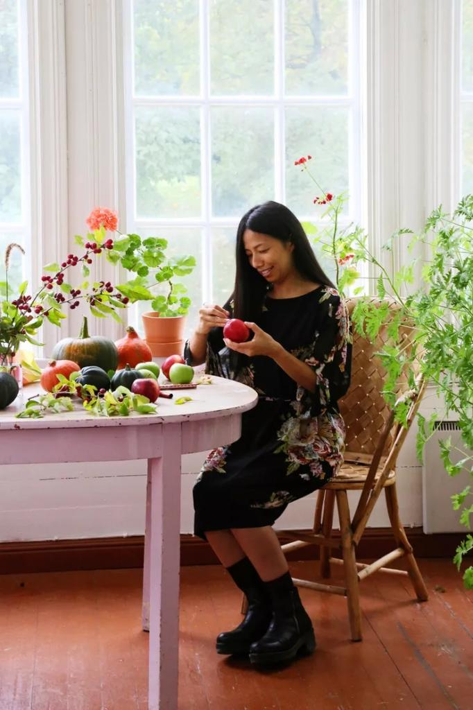 Вот уже 12 лет девушка декорирует фрукты и овощи. Для идеальных узоров она использует только лишь нож