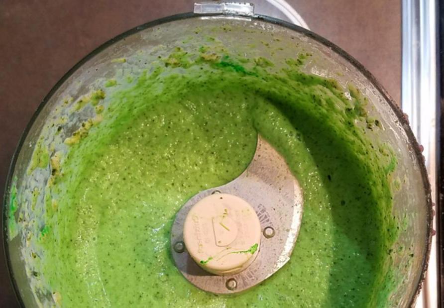 Овощной суп-пюре в виде яркой спиральки: лакомство, от которого не хочется отказываться