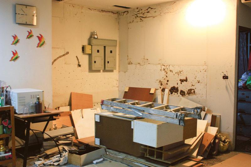В старом доме завелась сырость, и пришлось даже менять мебель. Как мы делали ремонт на кухне: фото