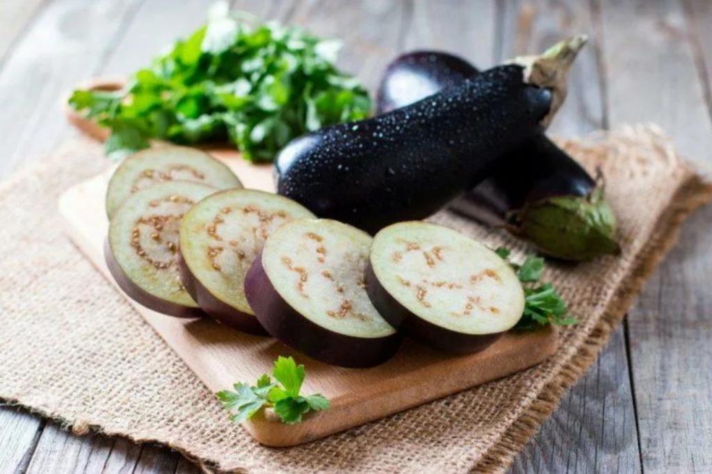 Избавляем баклажаны от горечи и фаршируем тыквой: вкусное блюдо для вечера