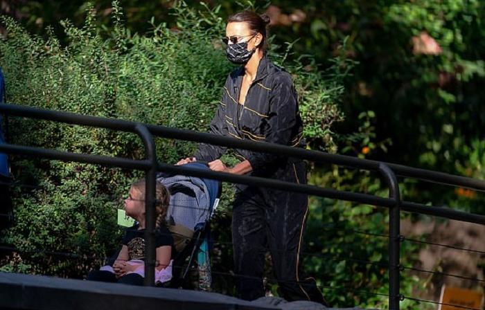 Ирина Шейк сводила свою дочку в зоопарк и не осталась без внимания папарацци: новые фото российской супермодели