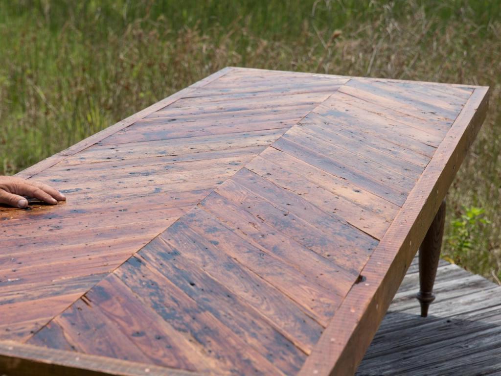 Старые доски мы превратили в очень удобный обеденный стол: результат впечатляет